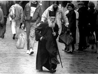 patriarch-pavle-walking-patriarhul-pavle-al-serbiei-mergand